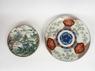 Lot comprenant :  - un grand plat en porcelaine polychrome d'Imari déc